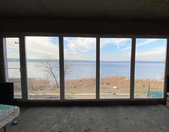 Панорамное окно с видом на озеро